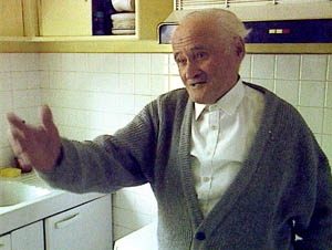 Gilbert Dalet dans sa cuisine